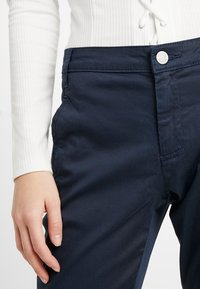 Vila - VICHINO RWRE 7/8 NEW PANT-NOOS - Chinos - total eclipse - 5