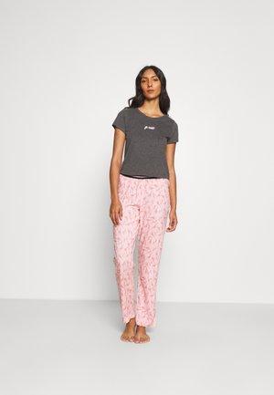 SNOOZE TEE SAFARI PRINT PANT - Pyjamas - pink