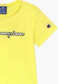 Champion - LOGO CREWNECK - Camiseta estampada - yellow - 3