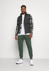 Nike Sportswear - CLUB PANT - Cargo trousers - galactic jade/galactic jade/white - 1