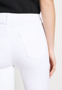J Brand - ALANA HIGH RISE CROP  - Jeans Skinny Fit - blanc - 5