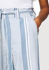 Vero Moda - VMAKELA PAPERBAG CULOTTE - Bukse - light blue denim/white - 4
