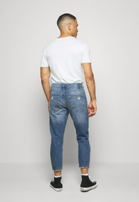Only & Sons - ONSAVI LIFE BEAM TAP CROP - Jeans Tapered Fit - blue denim - 2