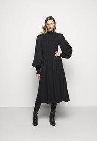 Victoria Beckham - LONG SLEEVE SMOCKED MIDI - Denní šaty - black - 0