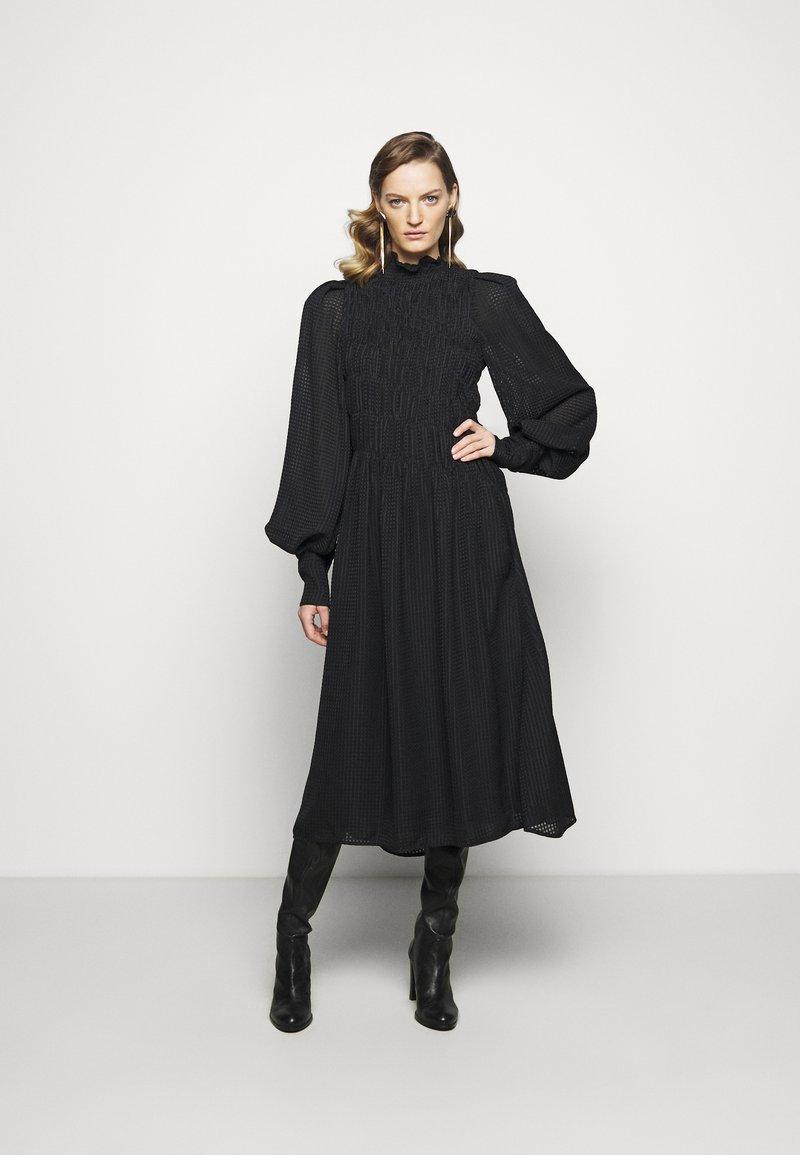 Victoria Beckham - LONG SLEEVE SMOCKED MIDI - Denní šaty - black