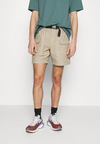 GARMENT DYE HARRISON - Shorts - beige