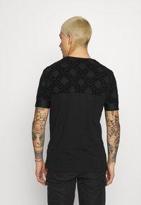 Glorious Gangsta - ARMAZ TEE - Print T-shirt - jet black - 2