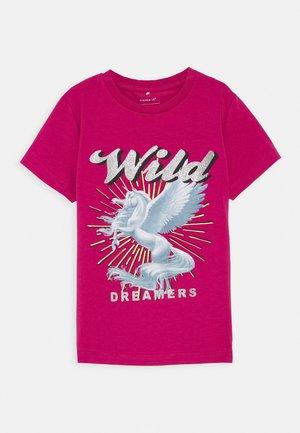 NKFHULDA  - T-shirt print - very berry