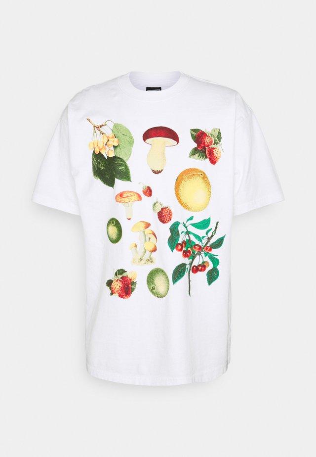 FRUITS AND MUSHROOMS - Printtipaita - white