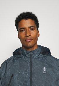 Nike Performance - NBA TEAM 31 WASH PACK JACKET - Chaqueta de entrenamiento - black/fireberry - 5
