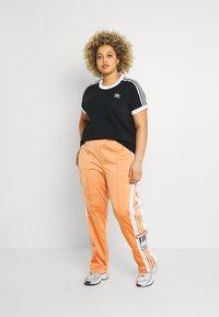 adidas Originals - 3 STRIPES TEE - T-shirt con stampa - black - 1