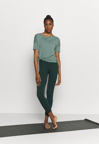 Nike Performance - LAYER - Basic T-shirt - hasta heather/light pumice/dark teal green - 1