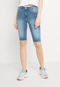 ONLY - ONLBLUSH WAIST LONG - Jeansshorts - medium blue denim - 0