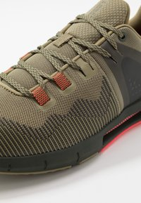Under Armour - HOVR RISE - Obuwie treningowe - outpost green/baroque green - 5
