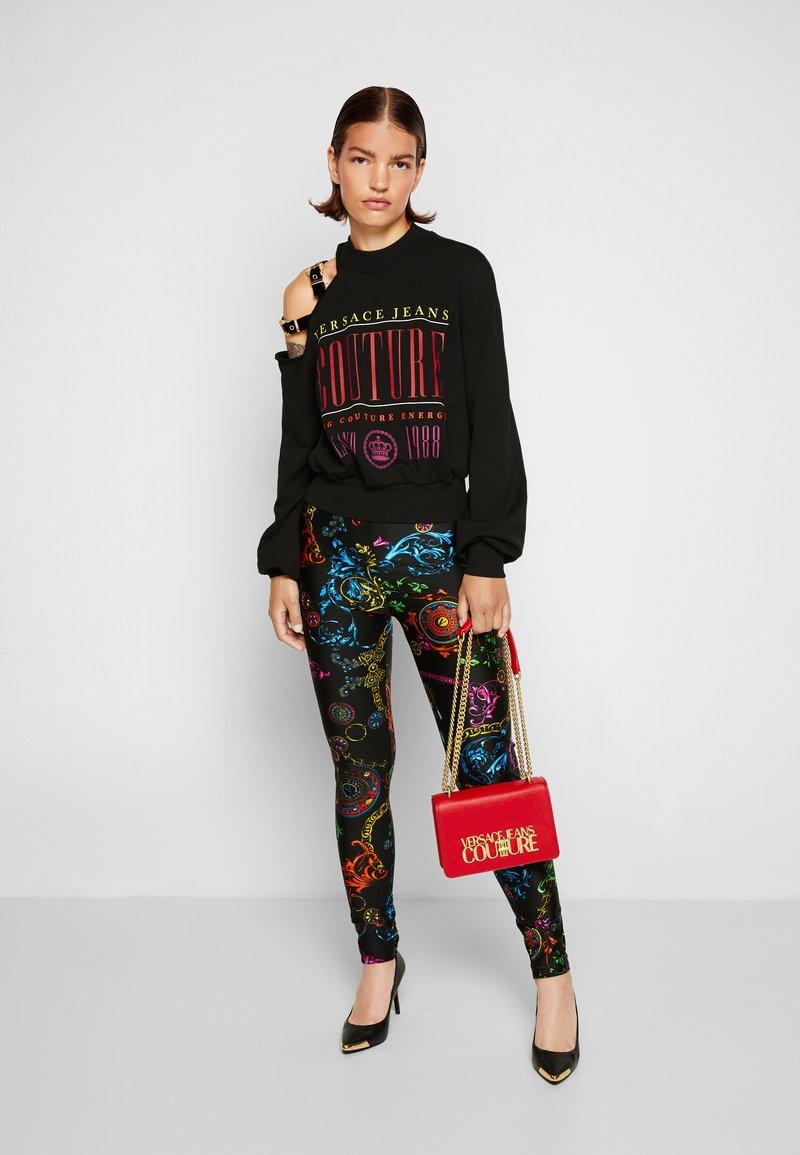 Versace Jeans Couture - SAFFIANO LOCK CROSSBODY - Taška spříčným popruhem - rosso
