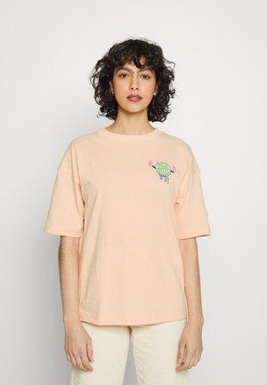 DOWNTOWN TEE - Print T-shirt - peach parfait