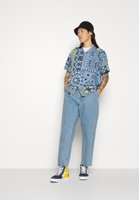 Obey Clothing - FUBAR PLEATED BULL - Straight leg jeans - light indigo - 4