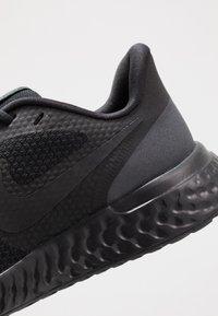 Nike Performance - REVOLUTION UNISEX - Obuwie do biegania treningowe - black/anthracite - 2