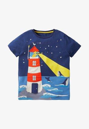 STRAND MIT AUFKLAPPMOTIV - Print T-shirt - segelblau, leuchtturm