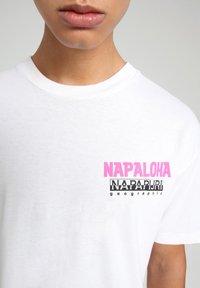 Napapijri - S-ALHOA - T-shirt med print - white graph n - 4
