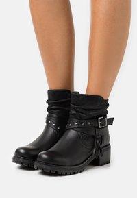 H.I.S - Kovbojské/motorkářské boty - black - 0