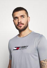 Tommy Hilfiger - ESSENTIALS TRAINING TEE - T-shirt con stampa - grey - 3