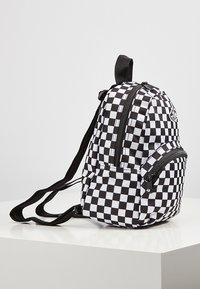 Vans - WM GOT THIS MINI BACKPACK - Rucksack - black-white checkerboard - 3
