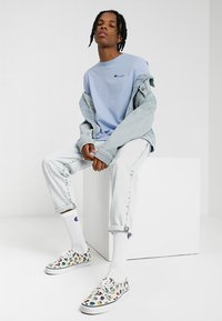 Champion Reverse Weave - CLASSIC APPLIQUE TEE - Jednoduché triko - light blue - 1