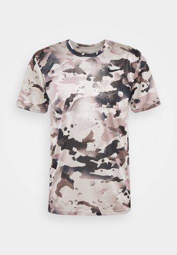 DRY TEE - Camiseta estampada - college grey/smoke grey