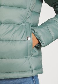 ONLY - ONLSANDIE QUILTED JACKET  - Lett jakke - chinois green - 6