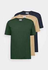 Pier One - 3 PACK - T-Shirt basic - khaki/tan/dark blue - 6