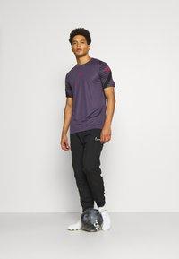Nike Performance - DRY STRIKE 21 - Camiseta estampada - dark raisin/black/siren red - 1