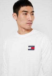 Tommy Jeans - BADGE LONGSLEEVE TEE - T-shirt à manches longues - classic white - 4