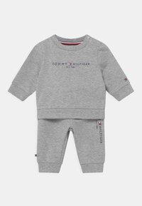 Tommy Hilfiger - BABY ESSENTIAL CREWSUIT SET UNISEX - Trainingspak - grey - 0