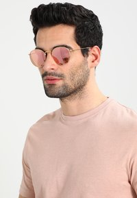 Ray-Ban - 0RB3447 ROUND METAL - Solbriller - brown/pink - 1