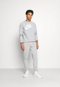 Nike Sportswear - MODERN - Bluza - smoke grey/white - 1