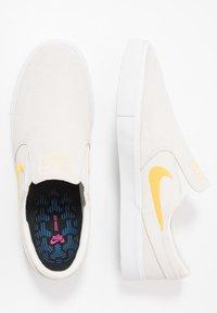 Nike SB - ZOOM JANOSKI - Instappers - summit white/university gold/black - 1
