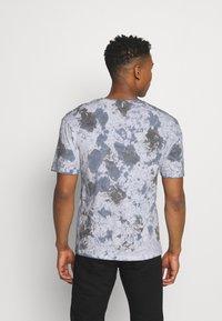 Jack & Jones - JORAZIEL TEE CREW NECK - Print T-shirt - navy blazer - 2