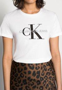 Calvin Klein Jeans - CORE MONOGRAM LOGO - T-shirt con stampa - bright white - 4