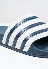 adidas Originals - ADILETTE - Sandály do bazénu - adiblu/white - 5