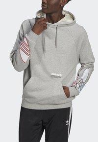adidas Originals - ADICOLOR TRICOLOR TREFOIL HOODIE UNISEX - Luvtröja - mgreyh - 3