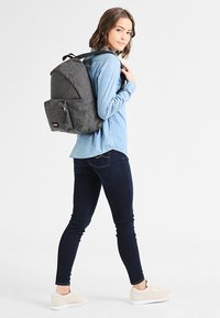 Eastpak - PADDED PAK'R - Ryggsäck - black denim - 0