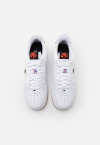 Nike Sportswear - AIR FORCE 1 '07 LV8 UNISEX - Sneakers basse - white/bright crimson/black/university red/rush blue - 5