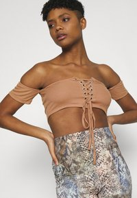 Missguided - BARDOT LACE UP CROP 2 PACK - Print T-shirt - camel/red - 5