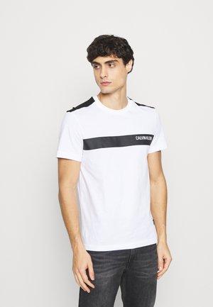 BOLD STRIPE LOGO - Print T-shirt - white