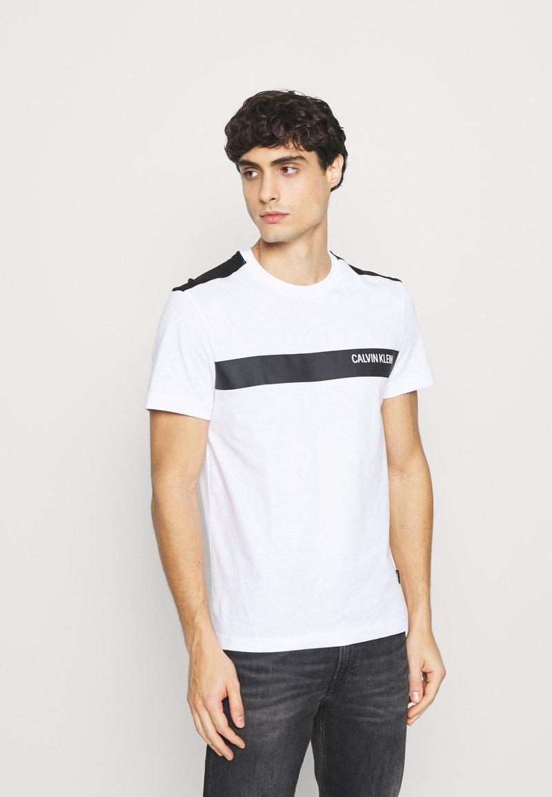 Calvin Klein - BOLD STRIPE LOGO - T-shirt med print - white