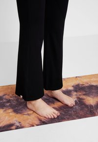 Yogasearcher - GANESH YOGA PANT - Tracksuit bottoms - black - 4