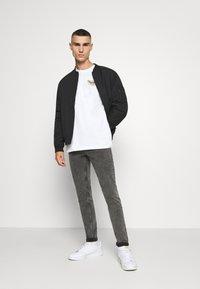 Tommy Jeans - LONGSLEEVE RETRO LOGO TEE - Long sleeved top - white - 1