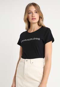 Calvin Klein Jeans - INSTITUTIONAL LOGO TEE - T-shirt con stampa - black - 0