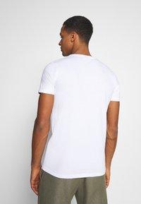 Ellesse - HEBBER - T-shirt z nadrukiem - white - 2
